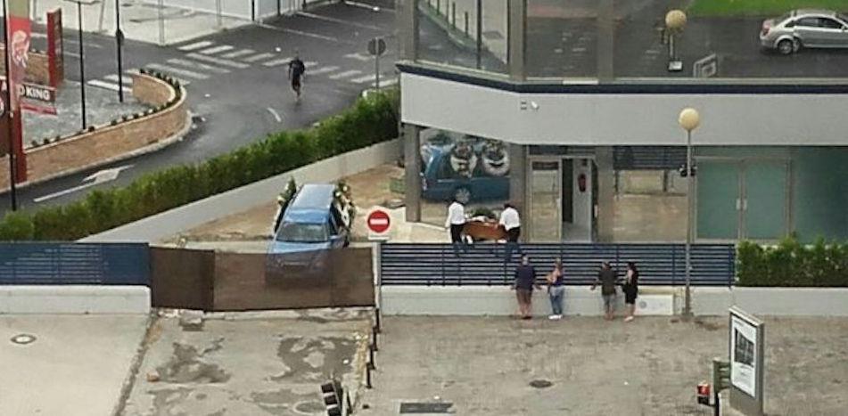Operarios-trasladan-ataud-vista-vecindario